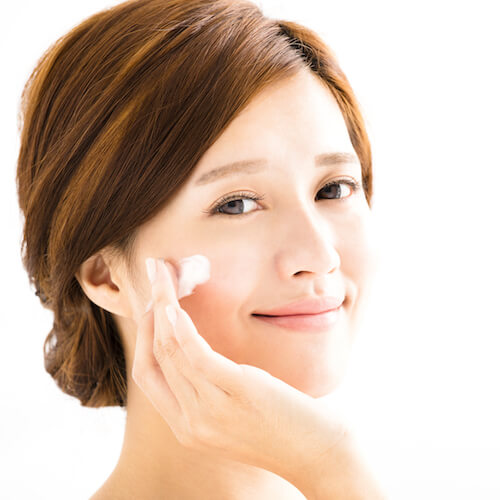 application of serum helps to brighten face